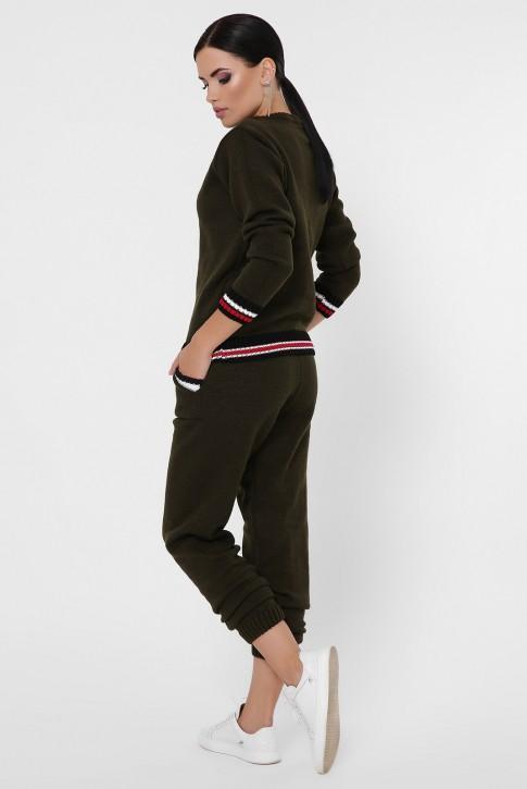 Женский вязаный костюм с цветными манжетами, темно-оливковый KSE0005 (фото 2)
