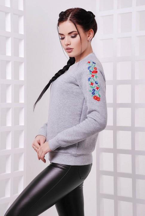 Утепленный свитшот с вышивкой на рукавах. Цвет: светло-серый