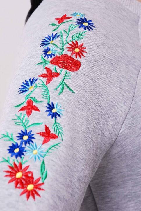 Утепленный свитшот с вышивкой на рукавах. Цвет: светло-серый (фото 2)