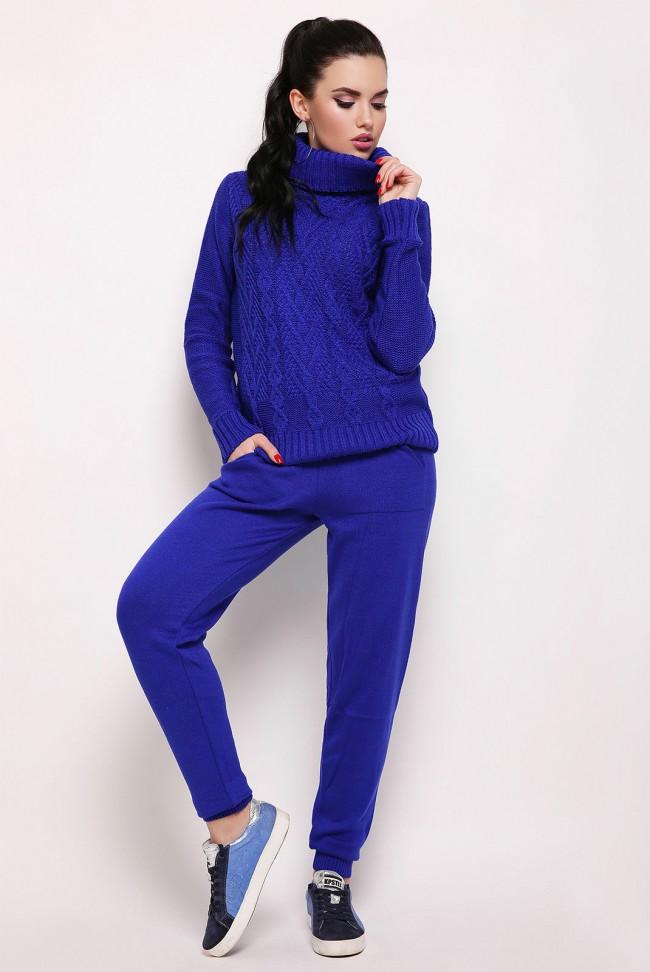 Ярко-синий вязаный костюм с высоким горлом