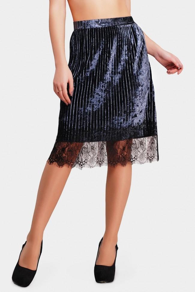 Блестящая юбка цвета серый графит с гипюром